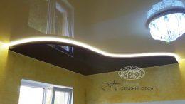 Глянцевый в два уровня натяжной потолок с подсветкой