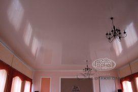 бежевого цвета потолок в зале