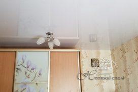 белый глянцевый натяжной потолок, комната