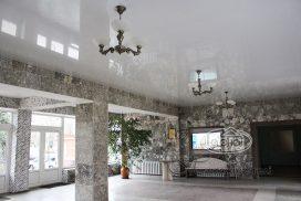 белый натяжной потолок в холле