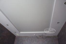 белого цвета натяжной потолок, комната