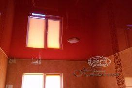красный натяжной потолок, ванна
