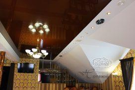 коричневого цвета потолок, в ресторане
