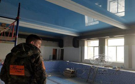монтаж потолков в бассейне