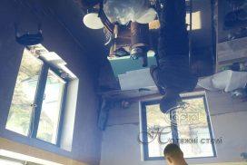 натяжной синий потолок в комнате