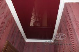 натяжной потолок бордового цвета, комната
