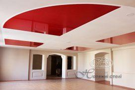 натяжной потолок красного цвета, комната