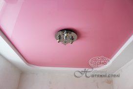 натяжной потолок розового цвета, комната