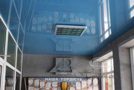 натяжной потолок синего цвета в фойе