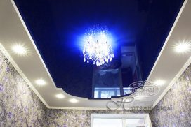 натяжной потолок синего цвета, комната