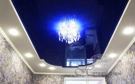 натяжна стеля синього кольору, кімната
