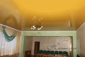 натяжні стелі жовтого кольору в залі