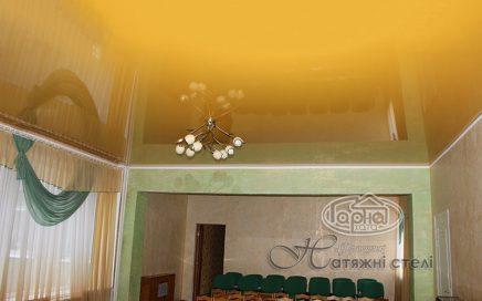 натяжные потолки желтого цвета в зале