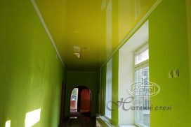 желтый натяжной потолок, коридор
