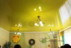 желтый потолок в зале