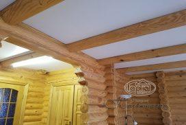 матовый натяжной потолок вмонтирован в доме из бруса