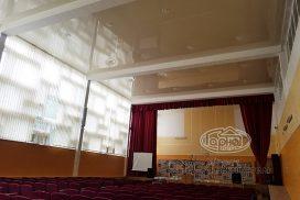 натяжна стеля в актовому залі в школі