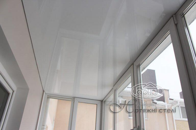 біла стеля на балконі